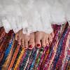 vintage Brautkleid mit viel Spitze - und rote Fußnägel.