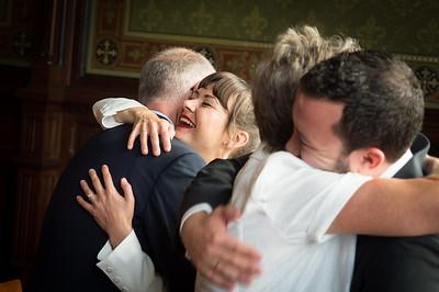 Glückwünsche von Herzen! Eltern gratulieren dem Brautpaar im Trausaal des Standesamts Berlin Neukölln