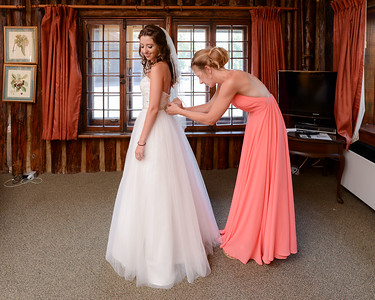 Bride and bridesmaids getting ready at the Riverview Lodge in Dryden, ON