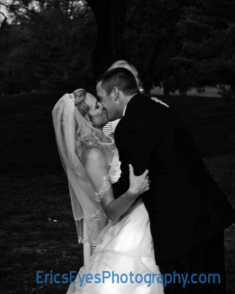 The Kiss bw dark bg