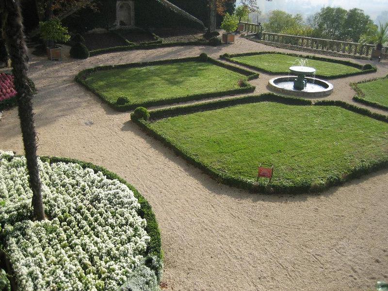 Flower yard of the mairie de Fumel