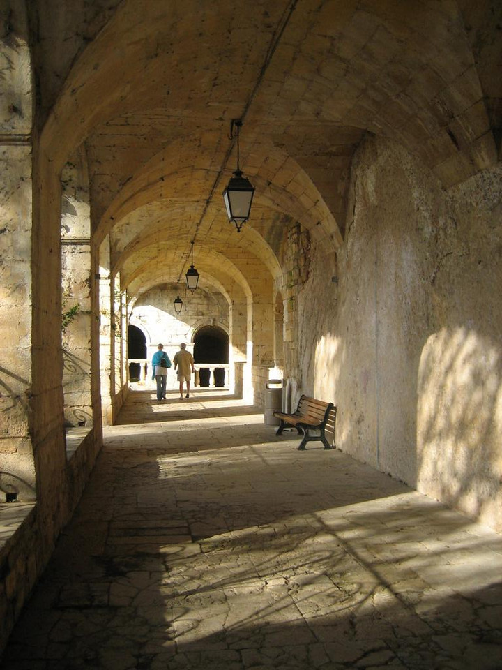 Inside the walkways under the mairie de Fumel