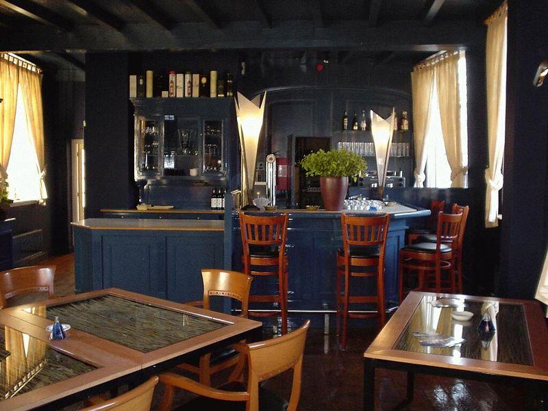 Blauwe zaal naar de bar toe