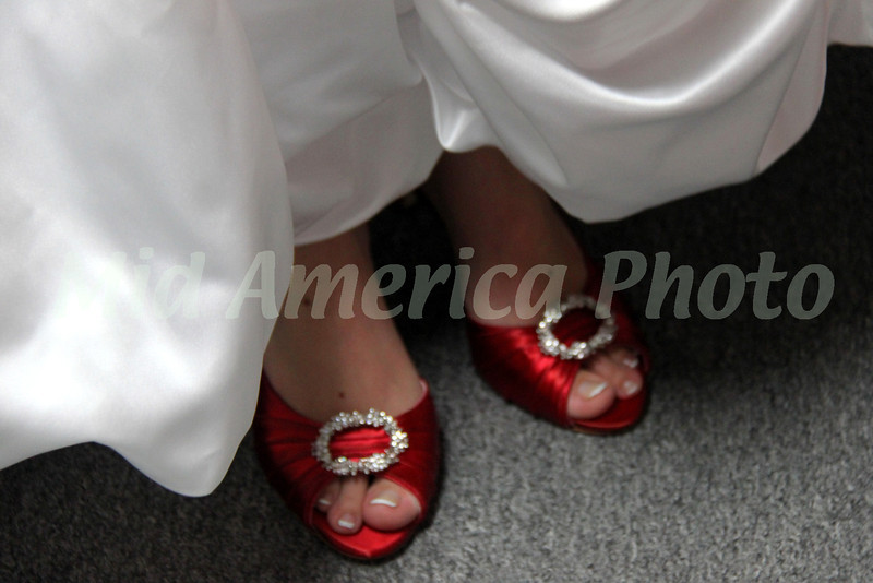 Bride and bridesmaids preparing for the wedding - Red shoes