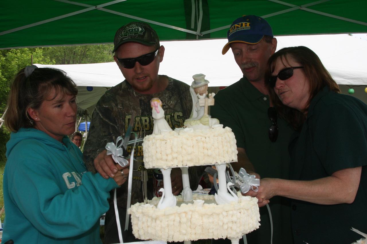 IMG4_18986 cake cutting DT 25 Anniv