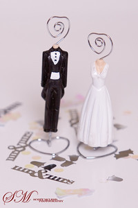 A bride and groom figurine