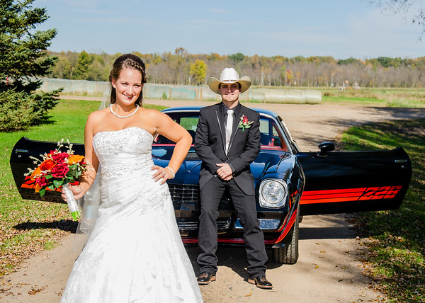 Schwarz wedding bride in front of camaro