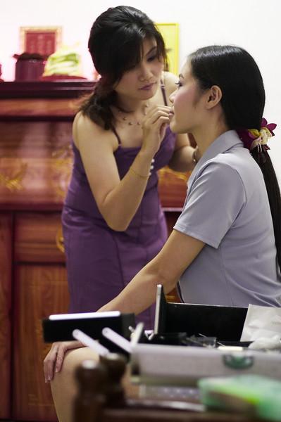 化妆师也是自己人。。。<br /> 一大早就抵达新娘家里开工了。