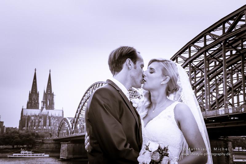 Küssendes Brautpaar vor dem Kölner Dom
