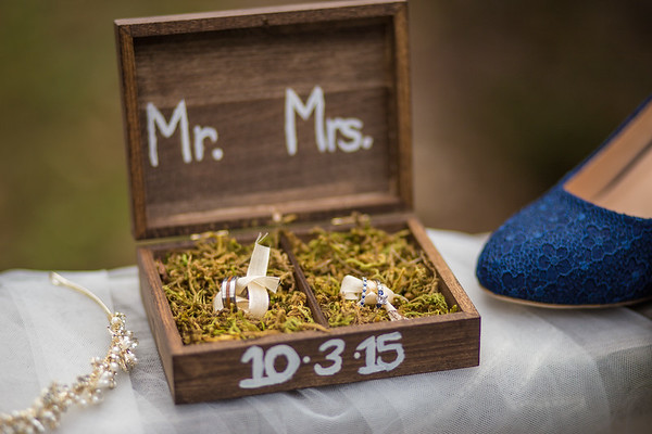 Isn't this one of the coolest wedding ring sets you've seen? Love the box and details!