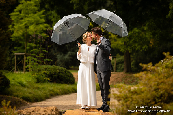 Ein Brautpaar im Park von Schloss Dyck. Hochzeitsfotograf Jüchen Schloss Dyck