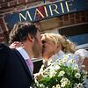 Le baiser des mariés à la sortie de la maison communale