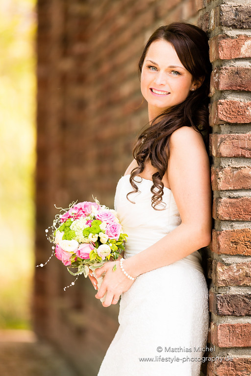 Schöne Braut mit Brautstrauß nach der Hochzeit in Grevenbroich