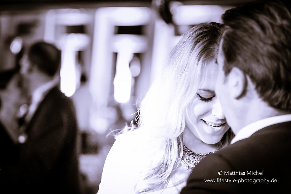 Verliebtes Pärchen bei Hochzeit Party schwarzweiß Hochzeitsfoto