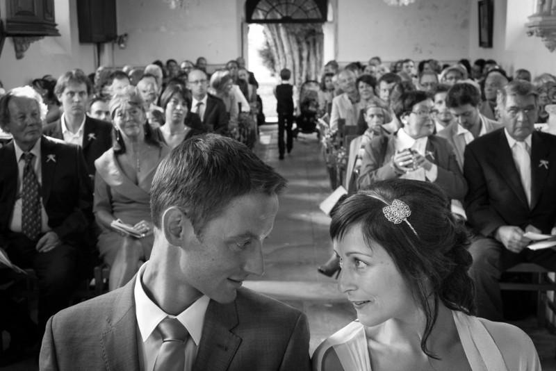 Les mariés à l'église et leurs invités
