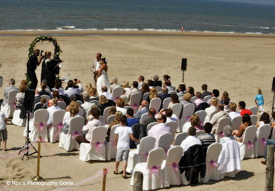 Huwelijksceremonie op het strand bij Breakers Beach House