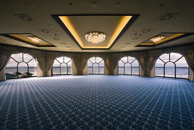 """Keizerzaal::  De Keizerzaal is de """"ballroom"""" van Grand Hotel Huis ter Duin en biedt een uniek panoramisch uitzicht over de Noordzee. De Keizerzaal is multifunctioneel en is uitermate geschikt voor een ontvangst, diner of feest maar kan tevens als vergaderruimte fungeren.  De zaal is uitgerust met 4 hangpunten met ieder een maximale draagkracht van 250 kg. De automatische hangpunten kunnen u een aanzienlijke tijdswinst opleveren tijdens de opbouw van uw audiovisuele middelen."""
