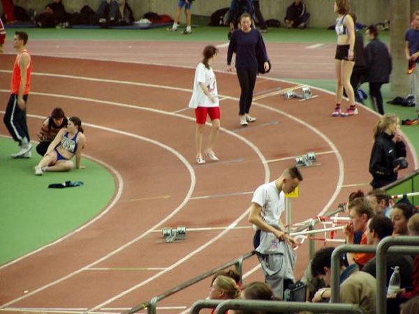 Christel en Noortje aan het voorbereiden voor de 200m.