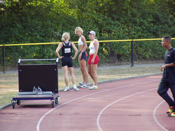 Femke is de sprint aan het bespreken enkele dames.