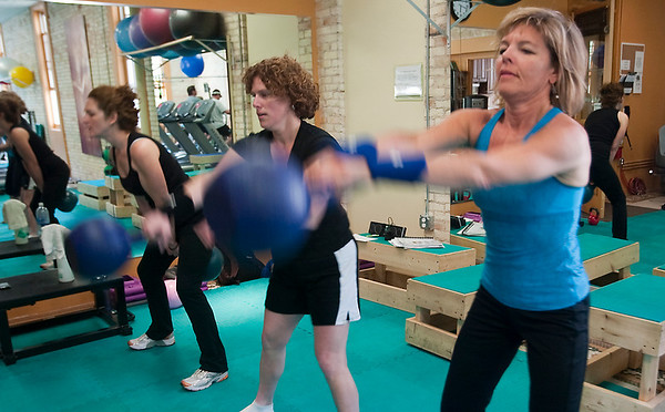 Record-Eagle/Douglas Tesner<br /> Marty Watts, right, Wendi Tarbell, and Wendy Sommerville take part in Erik Petersen's kettlebell class.