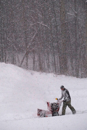 Record-Eagle/Jan-Michael Stump<br /> Dan Wever clears snow at the Arbors of Traverse Apartments on Monday morning.
