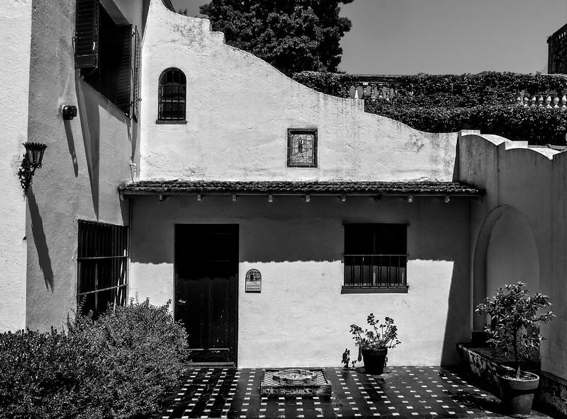 Quinta Los Ombúes - Patio Andaluz B&W-1