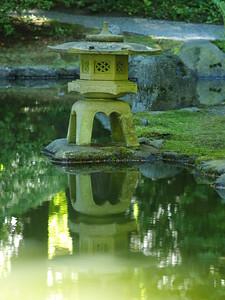 Stone lantern at Nitobe (2006)
