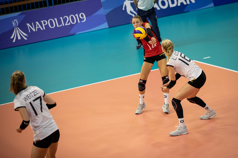 In der Vorrunde der Universiade in Neapel schlägt das deutsche Damenteam die Ukraine in vier Sätzen. 5. Juli 2019, © Arndt Falter