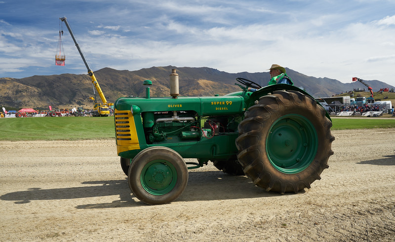 Oliver Tractor 9323