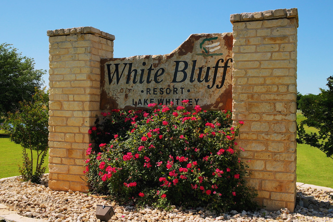 Whit bluff entry