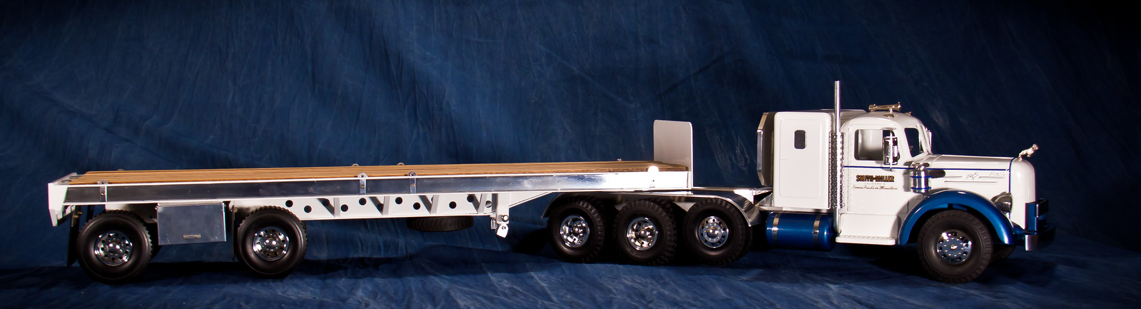 This is the White Flatbed Trialer paired with the White on Blue Lmack. A very handsome pair.