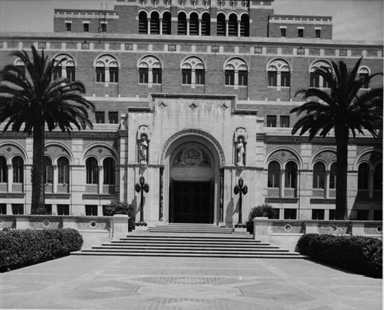 View of the entrance to Doheny Library on the University of Southern California (USC) campus