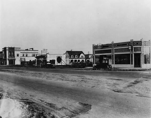 Wilshire Boulevard between Cloverdale Avenue and Cochran Avenue