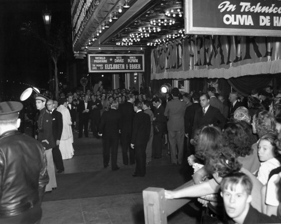 "People gathered directly on the sidewalk of the Warner Brothers Theatres during the premiere of ""The Private Lives of Elizabeth and Essex"""
