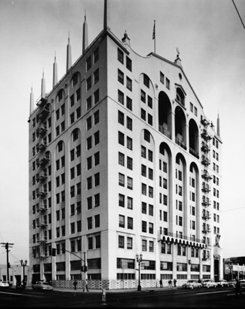 The Mode-O-Day Building at the corner of Washington Boulevard and Broadway, facing north