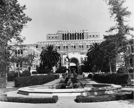 Doheny Library and fountain on Trousdale Parkway within the University of Southern California (USC) campus