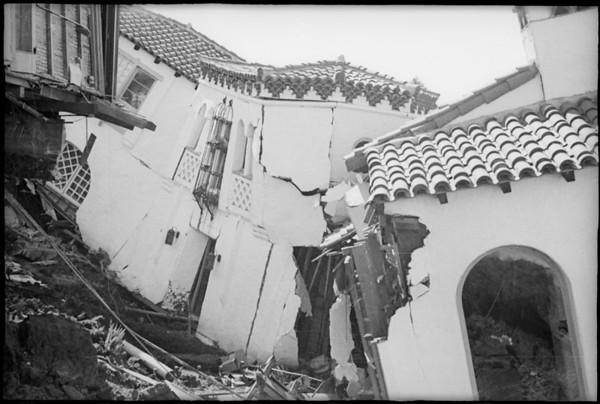 House slides down hill, San Clemente, CA, [s.d.]