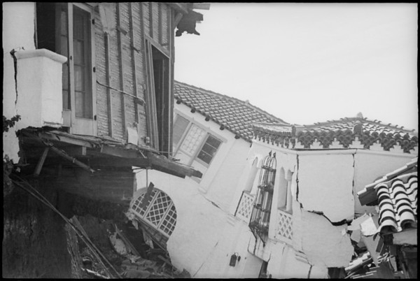 House slides down hill, San Clemente, CA, [s.d.]