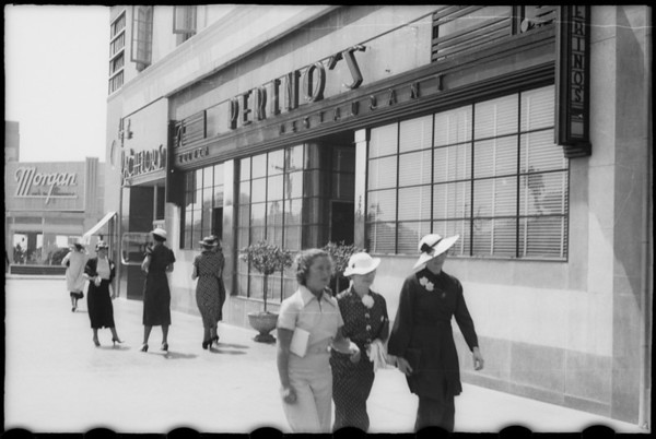 Chouinard Art School, people on sidewalk in front of Perino's, Wilshire Boulevard, Los Angeles, CA, 1936