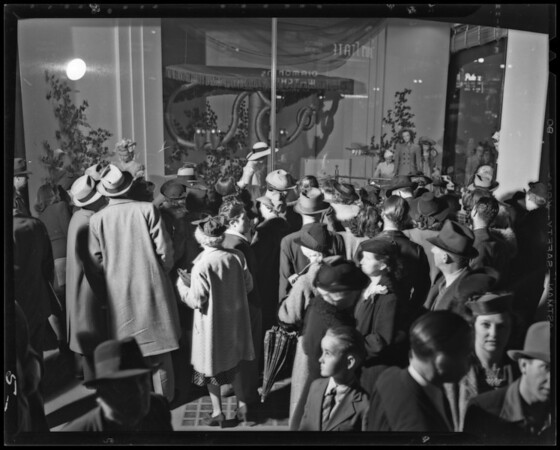 Downtown window crowds, Los Angeles, CA, 1940