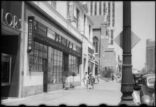 Chouinard Art School, people on sidewalk in front of Perino's, Wilshire Boulevard, Los Angeles, CA, 1936