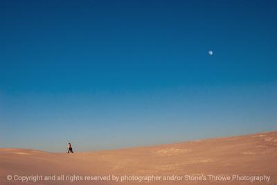 015-moon_people_sand-white_sands_ntl_monument_nm-02dec06-12x08-008-350-0035