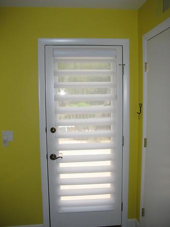 Pirouette shade on door