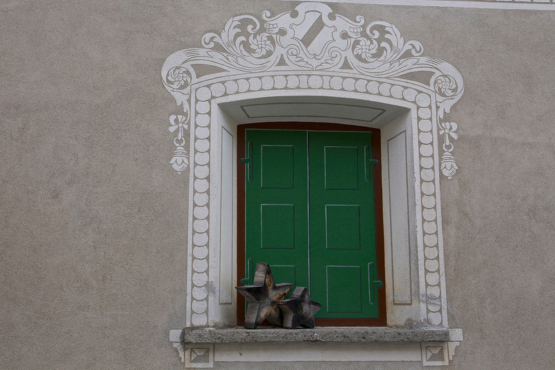 Trompe-l'oeil : an optical illusion replaces the shutters.