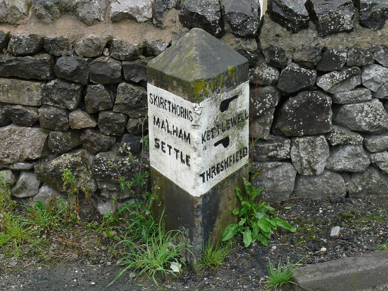 Guide Stone - [B6160] Threshfield 100804 [YN_XXSK]