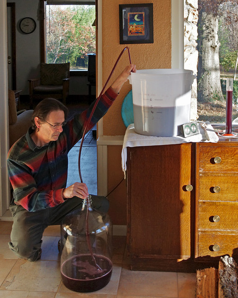 11/17/2011 - First racking at SG 0.992. Primary fermentation is complete. The wine is being siphoned from the primary fermentation bucket into a 6.5 gallon glass carboy.