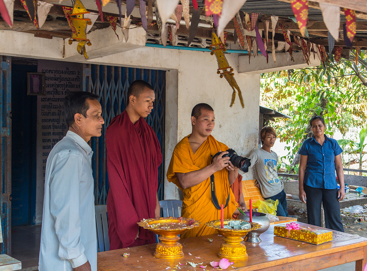 Cambodian monk turns the tables on camera-toting tourists