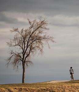 DAVID LIPNOWSKI / WINNIPEG FREE PRESS   A cyclist atop Westview Park aka Garbage Hill Sunday April 24, 2016.