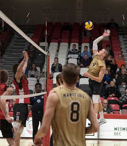DAVID LIPNOWSKI / WINNIPEG FREE PRESS   University of Manitoba Bisons Devryn Dear (#4) during action against the University of Winnipeg Wesmen Wednesday December 7, 2016 at the Dr. David Anderson Gymnasium.