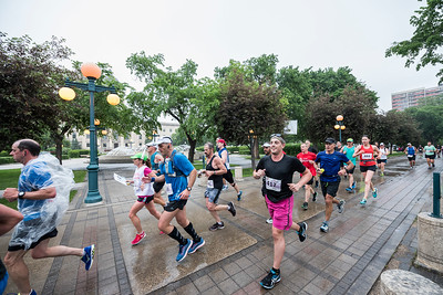 DAVID LIPNOWSKI / WINNIPEG FREE PRESS  Manitoba Marathon participants run on Assiniboine Avenue Sunday June 18, 2017.